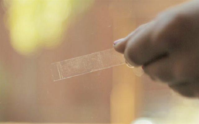 Tẩy băng dính trên kính