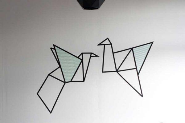 dùng băng dính để tạo hình trước khi sơn tường